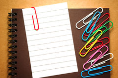 Бумага примечания с paperclips Стоковые Фотографии RF