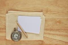 Бумага примечания фото запаса с винтажным вахтой на деревянной предпосылке иллюстрация вектора