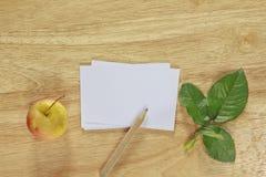 Бумага примечания фото запаса с яблоком на деревянной предпосылке иллюстрация вектора