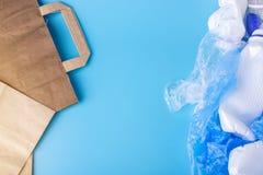 Бумага против полиэтиленовых пакетов для упаковывая и продуктов нося Выберите для охраны окружающей среды установьте текст стоковое изображение rf