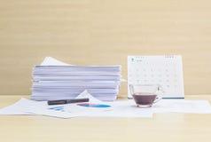 Бумага работы крупного плана с черным кофе в прозрачной чашке кофе в концепции работы на запачканных деревянных столе и стене тек Стоковое Изображение