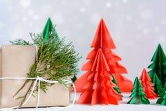 бумага древесины коричневой подарочной коробки и красной сосны на белом деревянном столе Стоковые Изображения RF