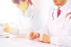 Бумага рецепта сочинительства доктора и медсестры стоковые изображения rf