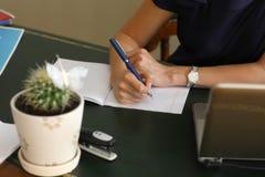 Бумага руки изолированная на белизне Стоковое Изображение