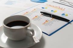 Бумага ручки и отчета, дело схематическое Стоковые Фотографии RF