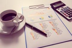 Бумага ручки и отчета, дело схематическое Стоковая Фотография RF