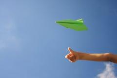 бумага самолета зеленая стоковое изображение rf