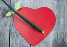Бумага сердца форменная с ручкой Стоковые Изображения