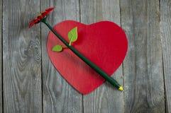 Бумага сердца форменная с ручкой Стоковое Фото