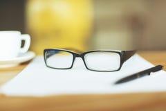Бумага, стекла и кофе Стоковые Фотографии RF