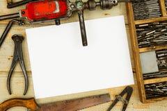 Бумага с карандашем и винтажными инструментами деятельности дальше Стоковые Фото