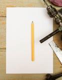Бумага с карандашем и винтажными инструментами деятельности дальше Стоковые Фотографии RF