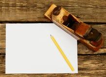 Бумага с карандашем и винтажными инструментами деятельности дальше Стоковое Изображение RF