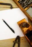 Бумага с карандашем и винтажными инструментами деятельности дальше Стоковая Фотография RF