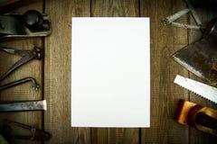 Бумага с карандашем и винтажными инструментами деятельности дальше Стоковое Изображение
