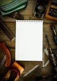 Бумага с карандашем и винтажными инструментами деятельности дальше Стоковые Изображения RF