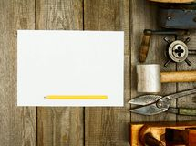 Бумага с карандашем и винтажными инструментами деятельности дальше Стоковое Фото