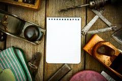 Бумага с карандашем и винтажными инструментами деятельности дальше Стоковая Фотография