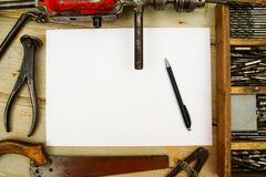 Бумага с карандашем и винтажными инструментами деятельности дальше Стоковое фото RF