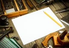 Бумага с карандашем и винтажными инструментами деятельности дальше Стоковые Изображения