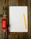 Бумага с карандашем и винтажным инструментом деятельности дальше Стоковое Фото
