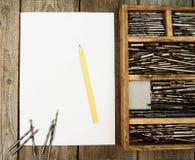 Бумага с карандашем и коробкой, сверлами на деревянном Стоковая Фотография RF