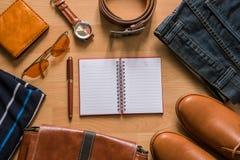Бумага тетради и ручка в середине моды ` s людей вскользь дальше Стоковые Изображения