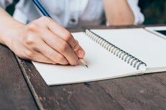 Бумага тетради сочинительства руки женщины битника в кофейне Стоковое Фото