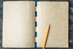 Бумага тетради с текстурой, и карандаш Стоковое фото RF