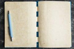 Бумага тетради с текстурой, и ручка Стоковые Фото