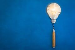 Бумага шарика и деревянный карандаш на голубых идеях творческих способностей предпосылки Стоковые Изображения RF