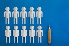 Бумага людей отрезанная на голубой предпосылке Стоковые Фото
