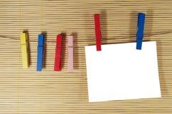 Бумага для примечаний вися с зажимками для белья Стоковые Фотографии RF