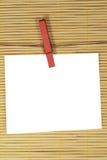 Бумага для примечаний вися с зажимками для белья Стоковые Изображения RF