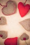 Бумага Handmade красных сердец предпосылки валентинок старая Стоковые Изображения RF