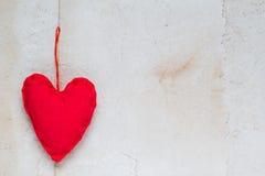 Бумага Handmade красных сердец предпосылки валентинок старая Стоковое Изображение RF