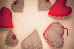 Бумага Handmade красных сердец предпосылки валентинок старая Стоковая Фотография