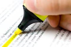 бумага highlighter руки которая пишет Стоковая Фотография