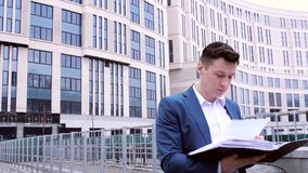 Бумаги дела чтения бизнесмена акции видеоматериалы