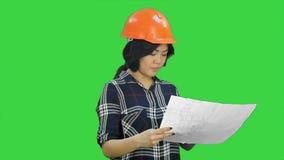Бумаги красивой азиатской женщины смеясь над бросая на зеленом экране, ключе Chroma видеоматериал
