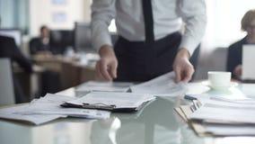 Бумаги начальника отдела рассматривая и подписывая документы, работа в офисе акции видеоматериалы
