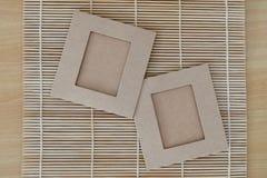 2 бумаги на бамбуковой доске Стоковое фото RF