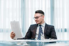 Бумаги офиса успешного бизнесмена работая Стоковые Фото