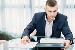Бумаги офиса успешного бизнесмена работая Стоковые Изображения