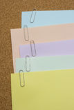 Бумаги при бумажный зажим прикрепленный на коричневой доске Стоковая Фотография RF
