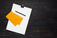 Бумаги с ручкой и конверты на деревянной предпосылке Стоковое Изображение