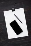 Бумаги с ручкой и клетчатое на деревянной предпосылке Стоковые Изображения RF