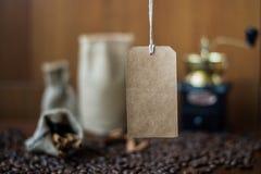 Бумажная бирка на предпосылке кофе Стоковая Фотография RF