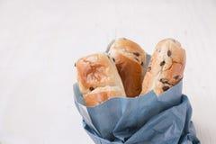 Бумажная голубая сумка с хлебцами бриоши мини Стоковая Фотография RF