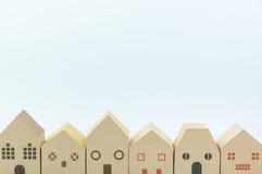 Бумажная игрушка дома изолированная на белой предпосылке с космосом экземпляра rea Стоковые Изображения RF